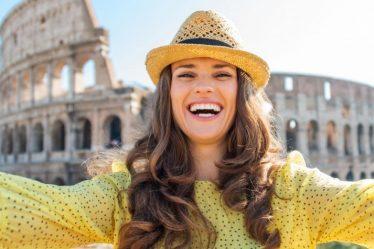 Mujer frente al coliseo romano