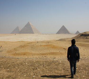 Persona caminando sola en Egipto