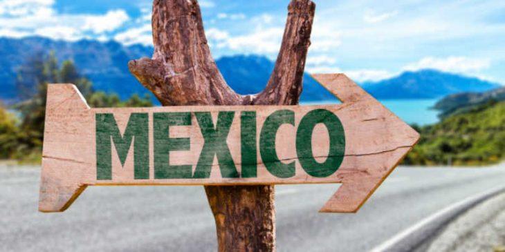 letrero de camino hacia México