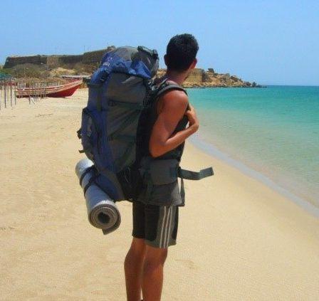 mochilero en la playa