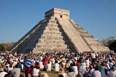 Chichén Itzá con turistas en su base