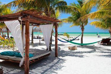 Playa de México con camastros