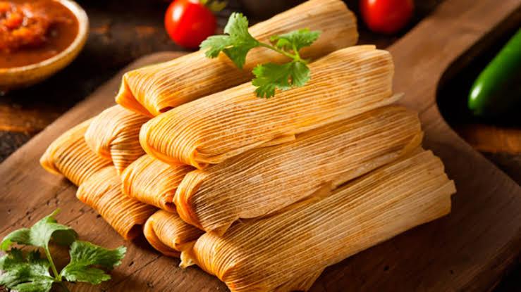 Tamales en una tabla de cocina