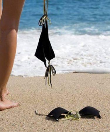 Mujer en playa nudista